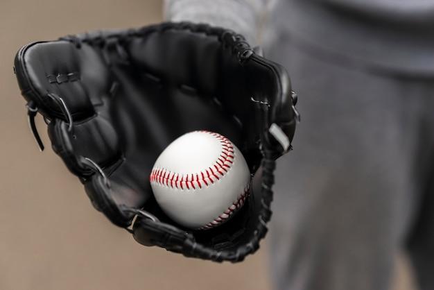 Zakończenie ręka z rękawiczkowym mienie baseballem