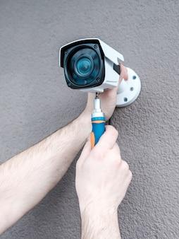 Zakończenie ręki dostosowywa kamerę cctv technik
