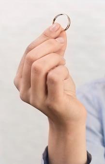 Zakończenie ręki mienia obrączka ślubna
