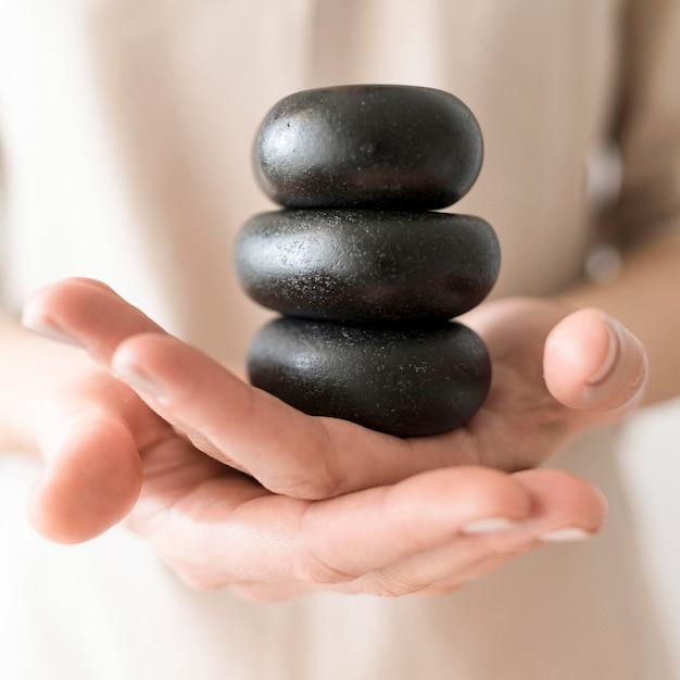 Zakończenie ręki trzyma zdrojów kamienie
