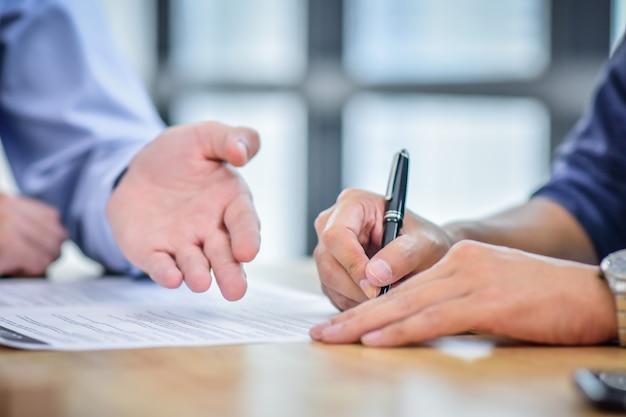 Zakończenie ręki znaka kontrakta kupienia dom