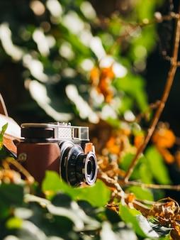 Zakończenie retro fotografii kamera na ziemi