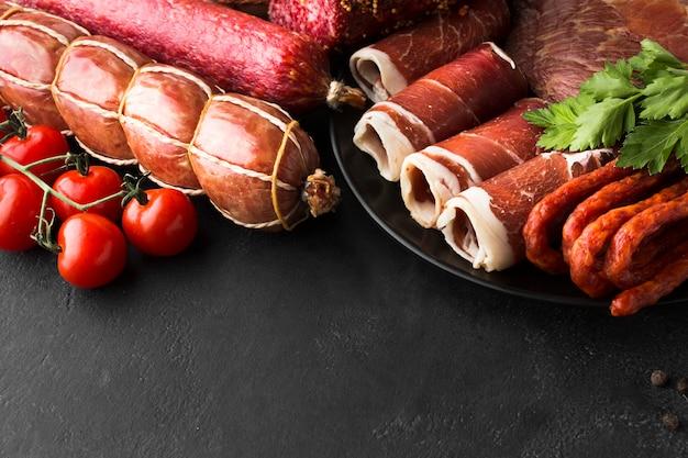Zakończenie rozmaitość świeży mięso na stole