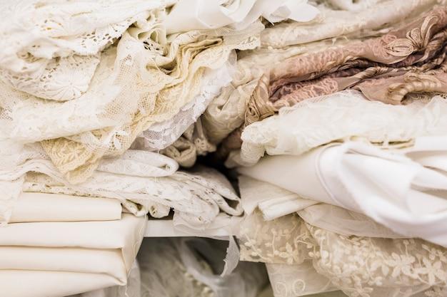 Zakończenie różnorodne koronkowe tkaniny w krawieckim sklepie
