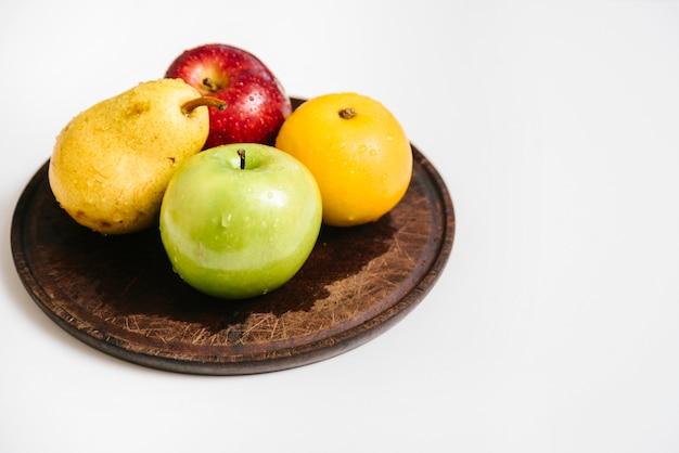 Zakończenie różnorodne zdrowe owoc na talerzu
