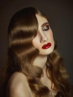 Zakończenie salowy portret urocza dziewczyna z kolorowymi włosy. pełen wdzięku młoda kobieta z długą fryzurą