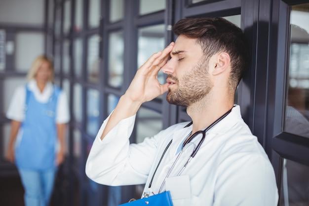 Zakończenie samiec lekarki cierpienie od bólu głowy