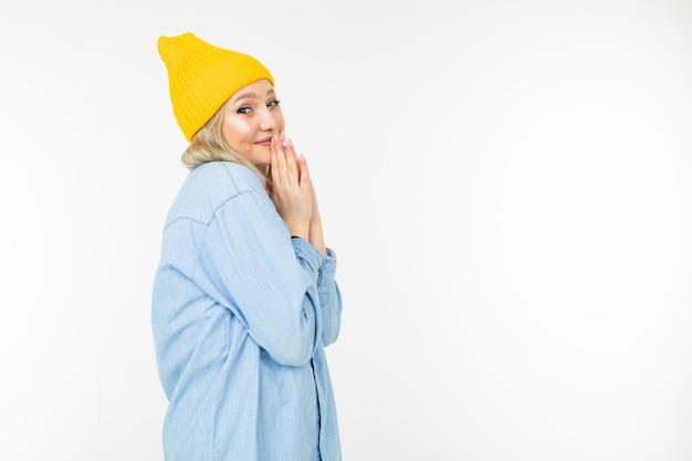 Zakończenie skromna śliczna urocza dziewczyna w błękitnej dżinsowej kurtce na białym pracownianym tle