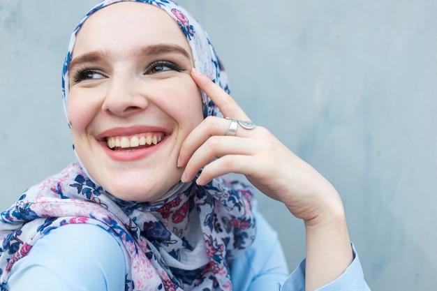 Zakończenie śliczny kobiety ono uśmiecha się