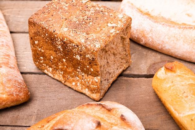 Zakończenie smakowici chleby na stole