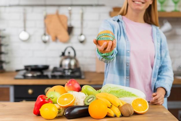 Zakończenie smiley dziewczyna trzyma up jabłka
