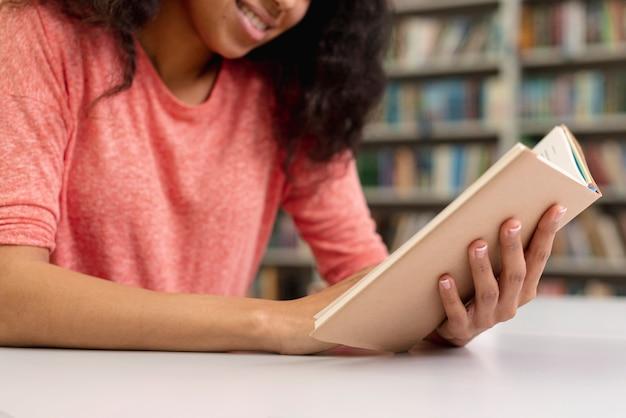 Zakończenie Smiley Nastoletniej Dziewczyny Czytanie Darmowe Zdjęcia