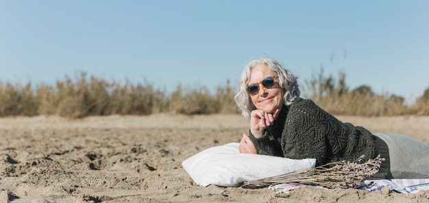 Zakończenie stara kobieta z okularami przeciwsłonecznymi