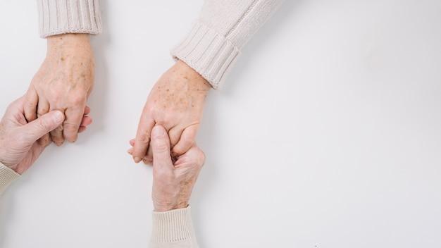 Zakończenie starsze pary mienia ręki up
