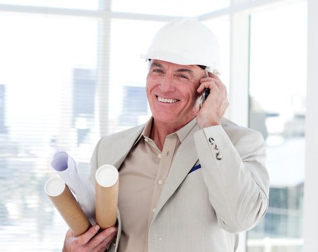 Zakończenie starszy architekt na telefonie