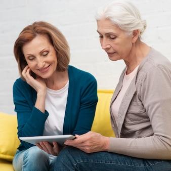 Zakończenie starszych kobiet relaksować