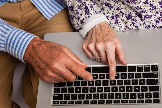 Zakończenie starszych osob para używa laptop