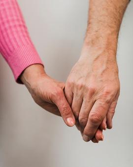 Zakończenie starszych osob pary mienia ręki