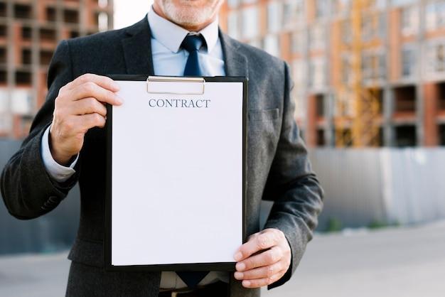 Zakończenie stary człowiek z kontraktem