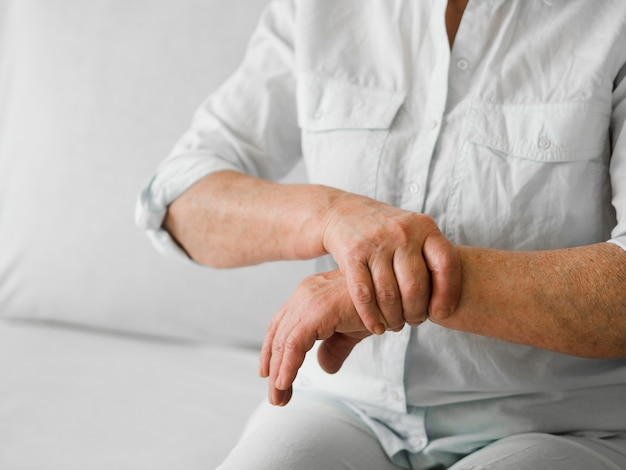 Zakończenie stary pacjent w bólu