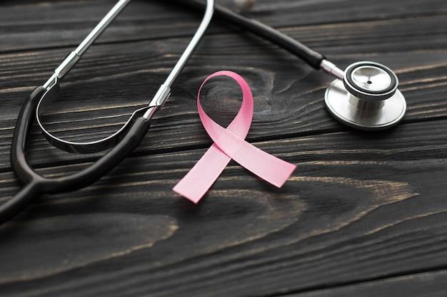 Zakończenie stetoskop i różowa faborek