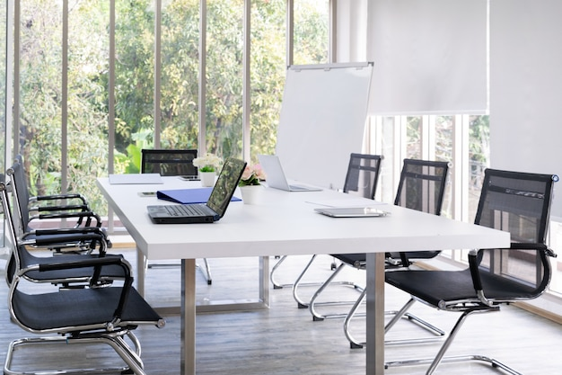 Zakończenie stół z laptopem w pokoju konferencyjnym. koncepcja dla biznesu