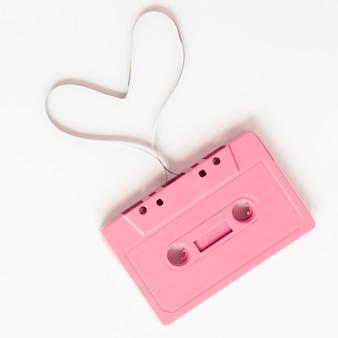 Zakończenie strzał różowa kaseta na białym tle
