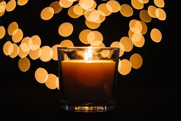 Zakończenie świeczka blisko zamazujących świateł