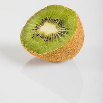 Zakończenie świeże kiwi owoc na biel powierzchni