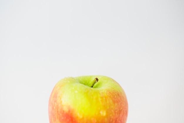 Zakończenie świezi jabłka przeciw białemu tłu