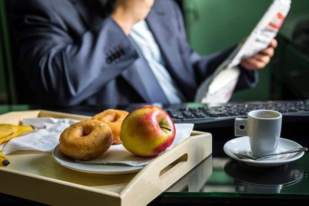 Zakończenie świeży jabłko i donuts