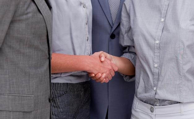 Zakończenie szczęśliwego businessteam zamykający transakcję