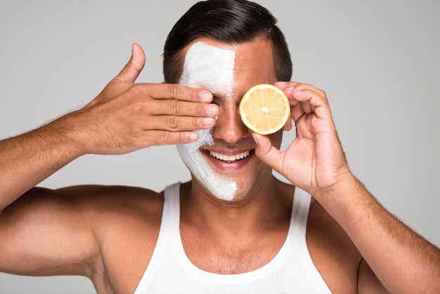 Zakończenie szczęśliwy mężczyzna trzyma połowę cytryny