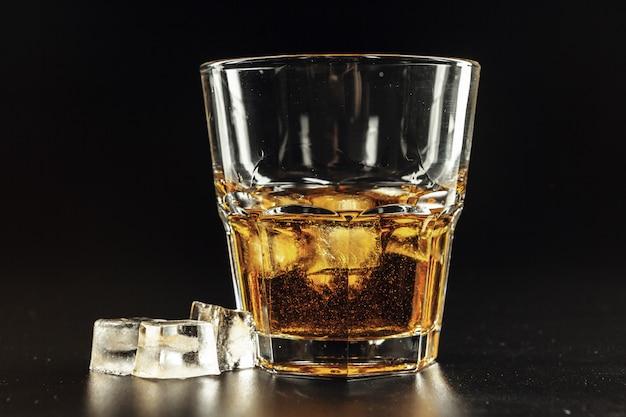 Zakończenie szkło z whisky
