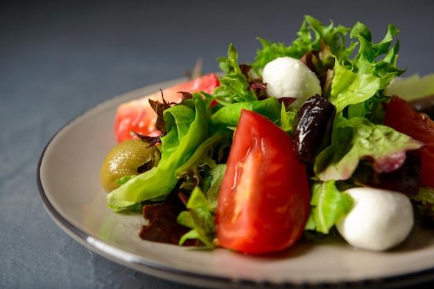 Zakończenie talerz z świeżą zdrową sałatką, dieta lunch dla sportsmenów