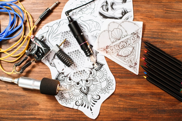 Zakończenie tatuażu wyposażenia szczegóły na drewnianym tle
