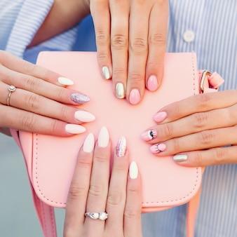 Zakończenie torba z kobietami up wręcza z manicure em nad nim.