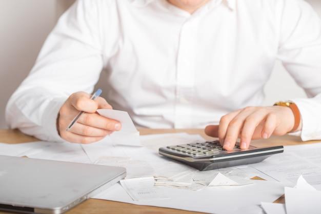 Zakończenie up biznesmena lub księgowego ręki mienia pióro pracuje na kalkulator księgowości dokumencie i laptopie przy biurem, biznesowy pojęcie