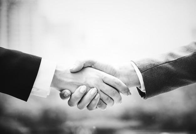 Zakończenie up biznesowy uścisk dłoni