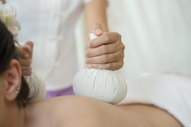 Zakończenie up kobieta podczas piłka masażu w zdroju salonie.