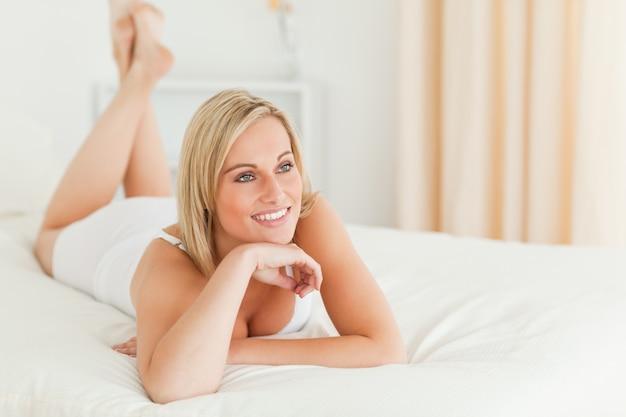 Zakończenie up uśmiechnięty kobiety lying on the beach na jej łóżku