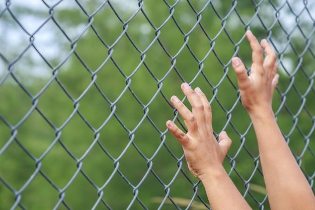 Zakończenie up wręcza obwieszenie na metalu łańcuszkowego połączenia ogrodzeniu