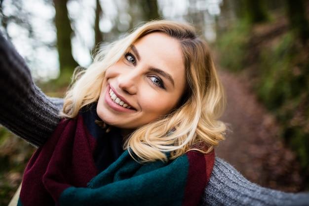 Zakończenie uśmiechnięta kobieta w lesie