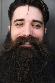 Zakończenie uśmiechnięty młody brodaty mężczyzna