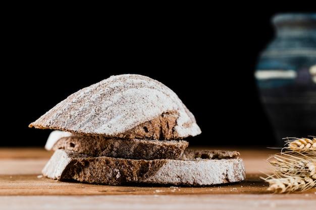 Zakończenie widok chlebowi plasterki na drewnianym stole