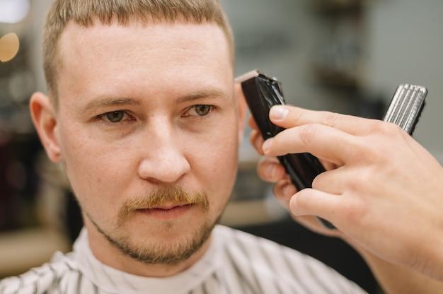 Zakończenie widok fryzjera męskiego pojęcie