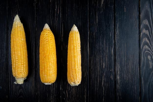 Zakończenie widok gotować kukurudze na czarnym tle z kopii przestrzenią