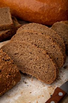 Zakończenie widok kanapka chleba plasterki na drewnianej powierzchni