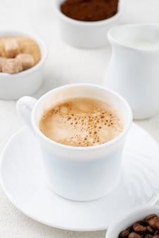 Zakończenie widok kawa w białej filiżance