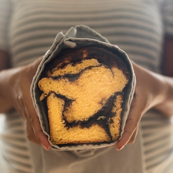 Zakończenie widok kobieta trzyma słodkiego chleb